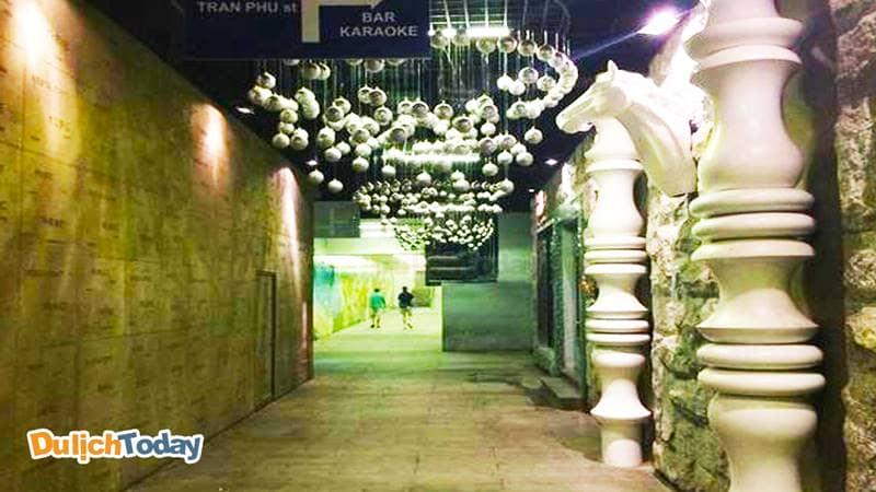 Cận cảnh một phần kiến trúc trong hầm tại khách sạn gần biển Havana Nha Trang