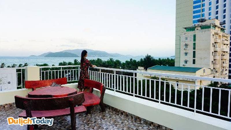 Ngắm nhìn vinh Nha Trang từ xa ở ban công của khách sạn