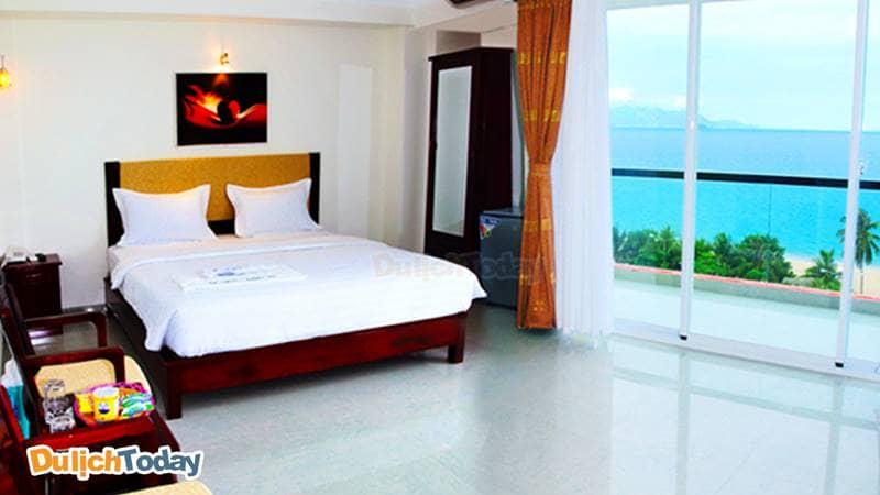 Phòng ngủ với ban công nhìn ra biển của Golden Lotus Nha Trang