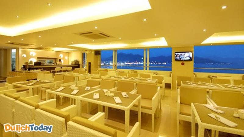 Nhà hàng có view nhìn ra biển, núi, thành phố tại Ruby Hotel Nha Trang