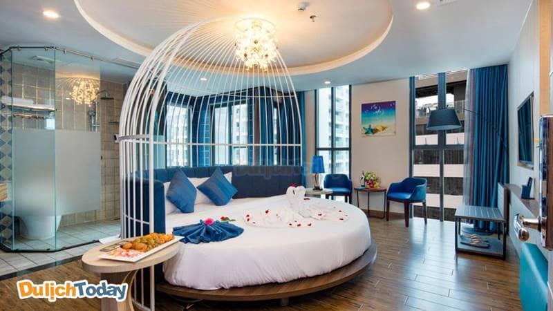 Phòng với không gian thiết kế hiện đại ấn tượng với gam màu xanh trắng tại Aaron hotel