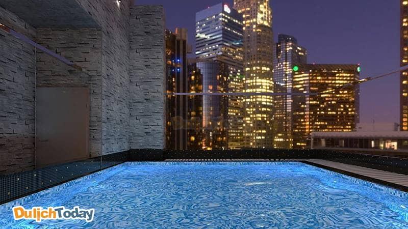 Từ hồ bơi của Aaron bạn có thể ngắm cảnh thành phố tuyệt đẹp khi đếm xuống