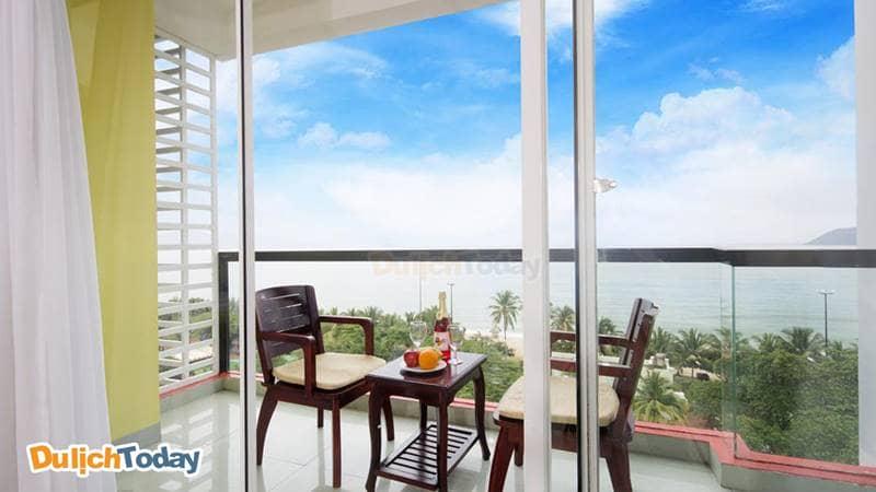Du khách có thể thỏa sức ngắm biển Nha Trang từ ban công phòng của Golden Lotus