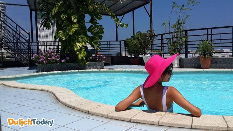 Thư giãn tại khu vực hồ bơi của khách sạn Nhật Thành Nha Trang 3 sao