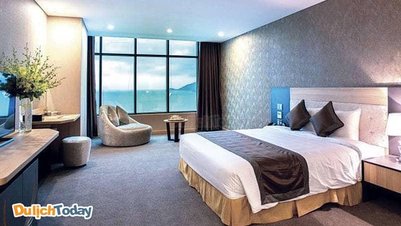 Phòng ngủ với cửa số hướng biển cực ấn tượng