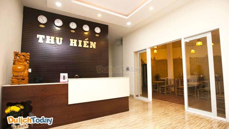 Sảnh chính Thu Hiền hotel với được derco với phong cách hiện đại