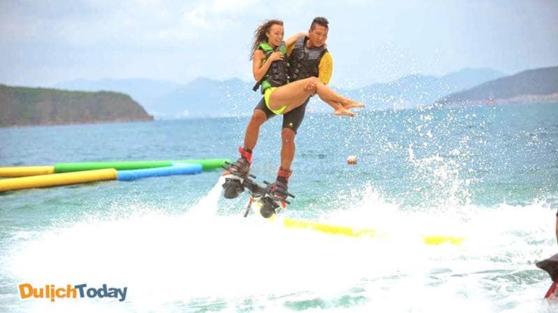 Thỏa thích với những trò chơi cảm giác mạnh trên biển tại khu du lịch Hòn Tằm resort
