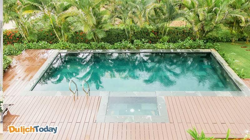 Bể bơi ngoài trời được thiết kế hình chữ nhật
