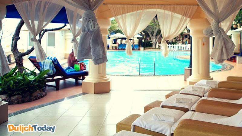 Khu hồ bơi khá hiện đại trong lan rừng resort Vũng Tàu