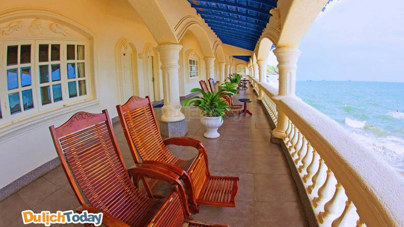 Không gian thư thái của Lan rừng resort với ban công nhìn ra biển