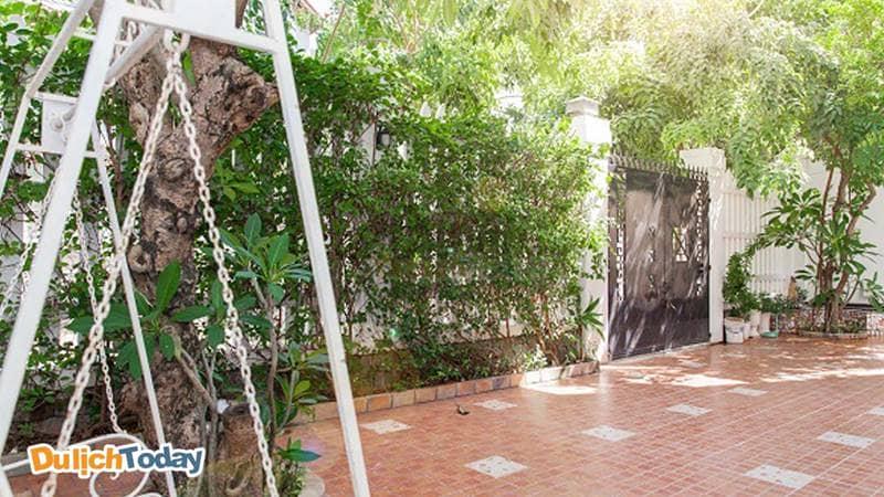 Sân vườn tại Lavender Villa 1 nhiều cây xanh