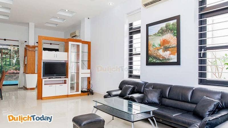 Phòng khách tại biệt thự với nội thất đơn giản