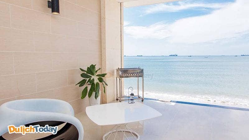Du khách vừa ngồi uống trà vừa ngắm cảnh biển