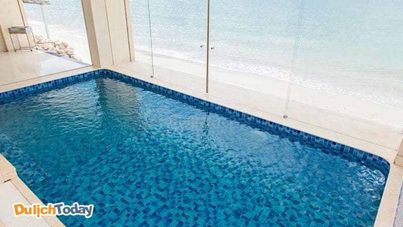 Bể bơi trong nhà tại phòng tắm chính biệt thự