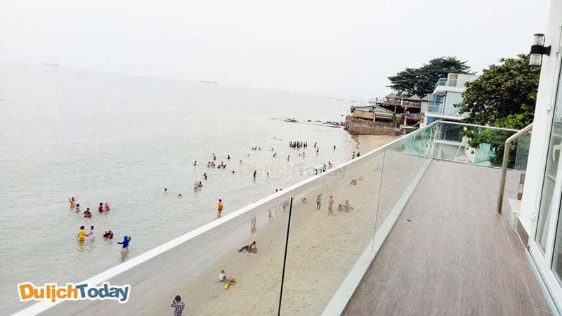 Ban công nhìn trực tiếp ra biển