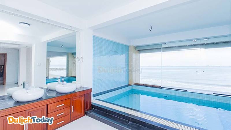 """Bể bơi trong phòng tắm chính có """" view """" hướng ra biển"""