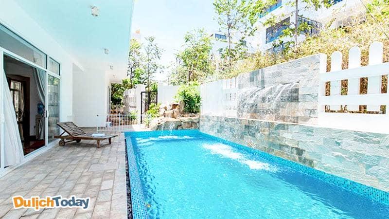 Bể bơi rộng rãi, nằm bên hông biệt thự Lavender Villa 8