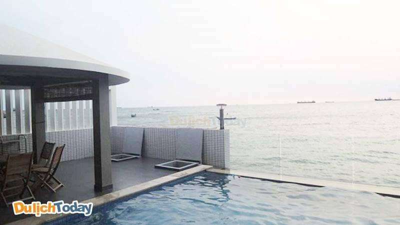 Bể bơi ngay sát biển tại Lavender Villa 9