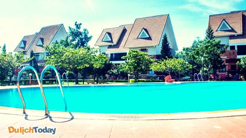 Hồ bơi trong Resort Lotus Vũng Tàu rộng, thoáng, sạch khiến cho du khách có những phút giây thực sự thư giãn dưới làn nước trong xanh