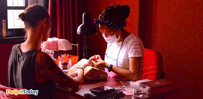Ngoài massge, spa còn cung cấp các dịch vụ được phái nữ yêu thích như làm móng