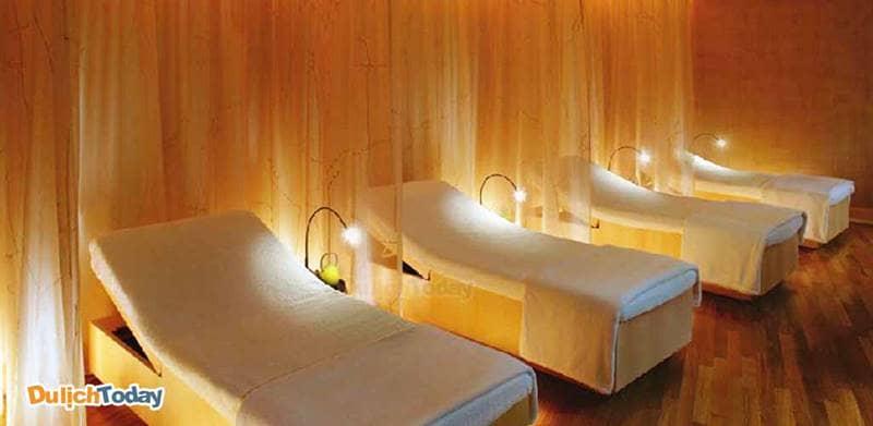 Phòng massage có vách ngăn giữa các giường (có thể bằng rèm)