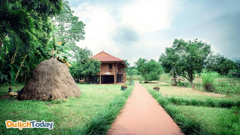 Hệ thống phòng nghỉ tại VResort mang đến cho du khách một không gian nghỉ dưỡng giao hòa với thiên nhiên nhưng vẫn rất tiện nghi, thoải mái