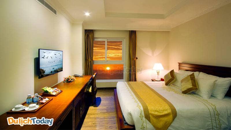 Ngắm hoàng hôn Nha Trang từ chính ô cửa sổ của một phòng tiêu chuẩn trong Palace hotel