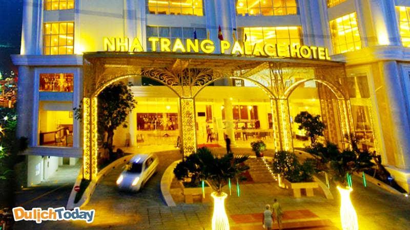 Sảnh ngoài đón khách của Nha Trang Palace Hotel có khu vực lên xuống dành cho xe oto