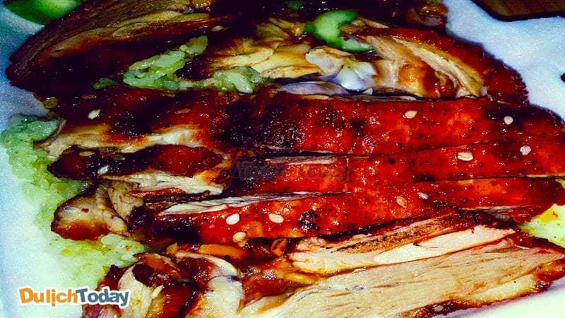 Vịt nướng được chặt vừa miếng, bì dai. thịt ngọt