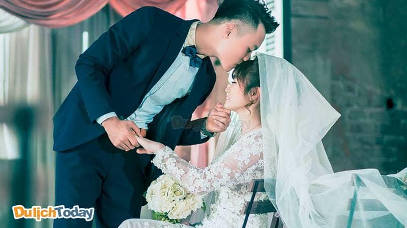 Các cặp đôi sẽ trao cho nhau những nụ hôn đầy yêu thương trong những thước ảnh đẹp tại phim trường Đông Anh Hà Nội