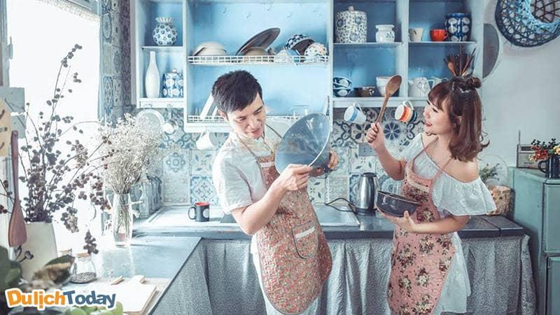 Các cặp đôi có thể lựa chọn bối cảnh phòng bếp kiểu phương Tây cho bộ ảnh cưới của mình