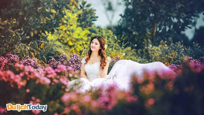 Trở thành công chúa giữa rừng hoa trong bối cảnh của phim trường Cherry Land