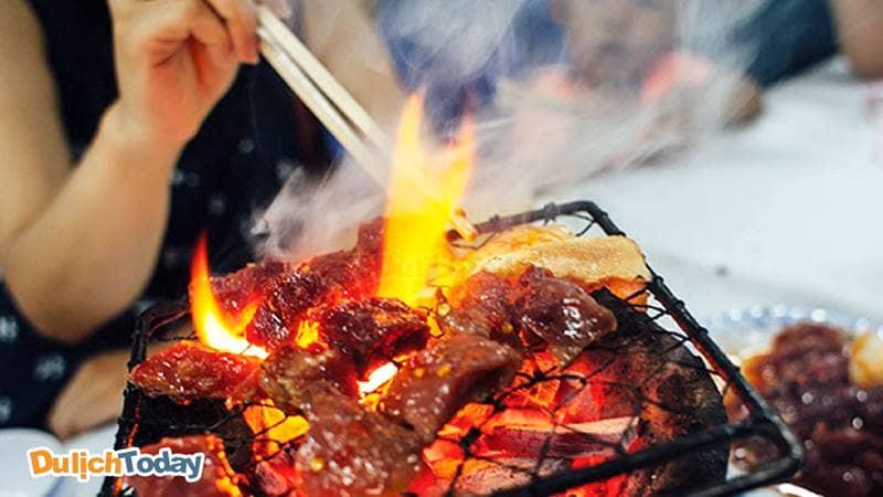 Thịt bò được ướp , tẩm gia vị nướng trên than hồng