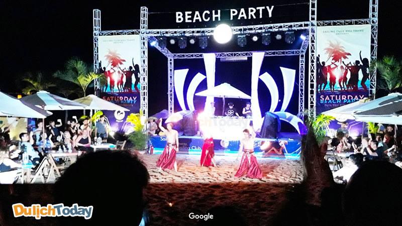 Tận hưởng những bữa tiệc sôi động trên bãi biển tại Sailing club