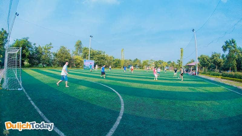 Sân bóng cỏ nhân tạo ở Sông Hồng Resort khá rộng và sạch sẽ, hiện đại, tầm nhìn thông thoáng