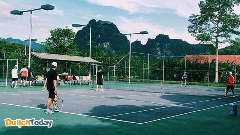 Sân Tennis tại VResort được các du khách đánh giá cao về chất lượng và dịch vụ.