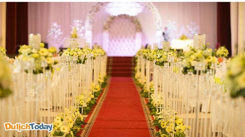 Khách hàng sử dụng dịch vụ tổ chức tiệc cưới tại Sông Hồng Resort có thể được lựa chọn tông màu chủ đạo cho đám cưới của mình