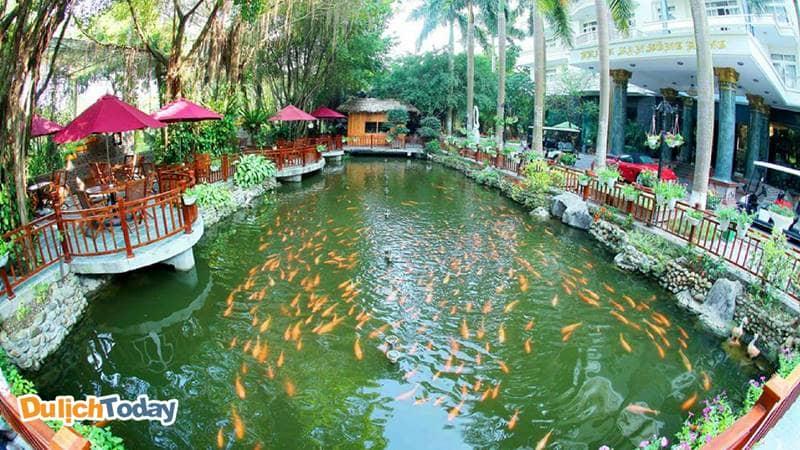 SH cafe là địa điểm thơ mộng tại Sông Hồng Resort