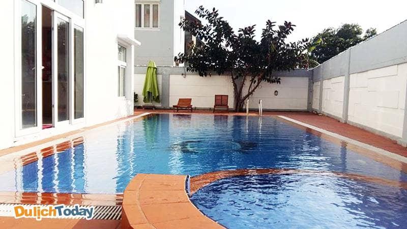 Bể bơi ngay trong khuôn viên của biệt thự