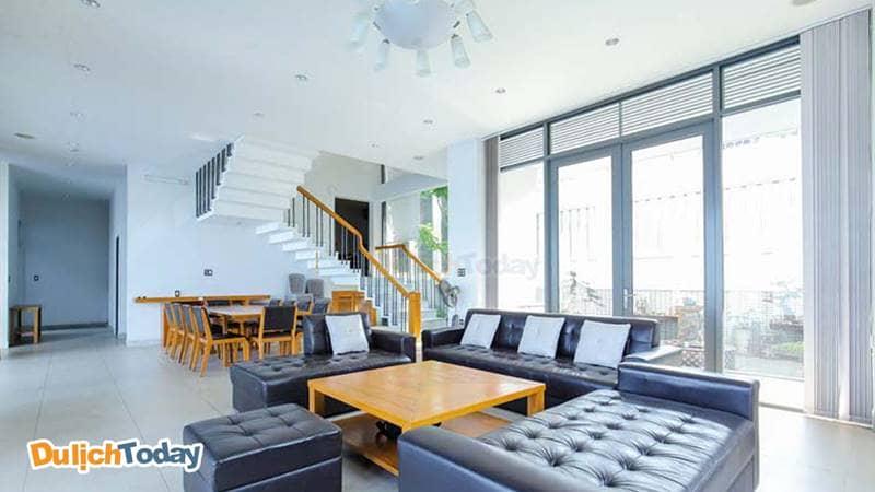 Đồ nội thất chủ yếu bằng chất liệu da và gỗ