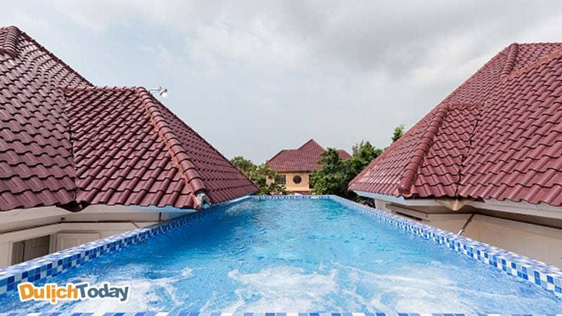 Bể bơi được thiết kế phía trên nóc biệt thự