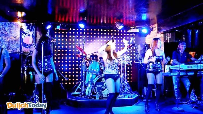 Ca sĩ biểu diễn ca nhạc là hoạt động diễn ra thường xuyên tại quán Ngọc Trai Đen