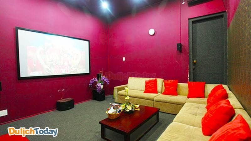 Cafe phim 213 có phòng phim trang bị tivi màn hình rộng 55 inch full HD