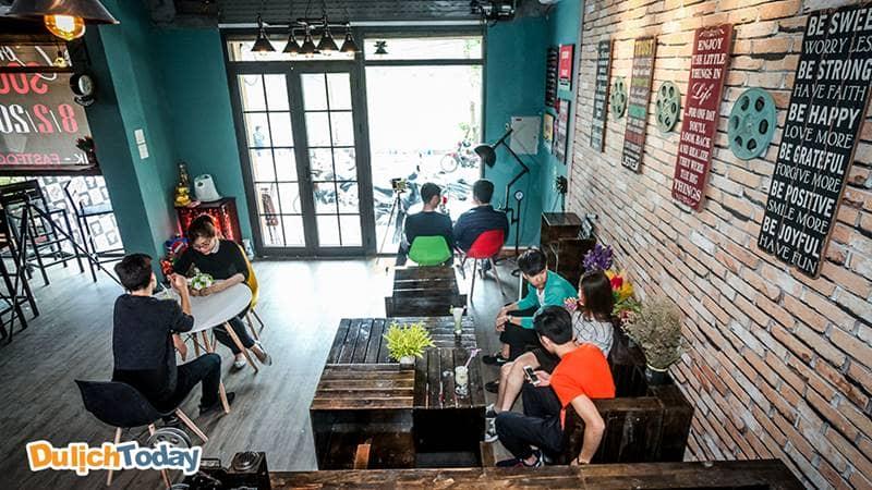 Không gian café ở tầng 1 được trang trí cầu kì và đẹp mắt tại Cafe phim Chùa Láng