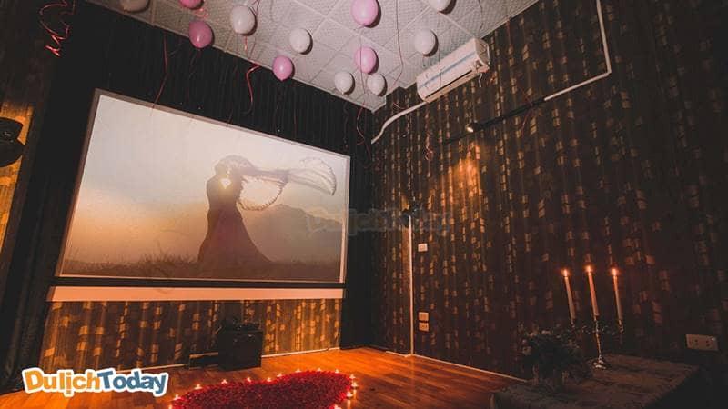 Cafe Phim Chùa Láng còn là nơi lý tưởng cho những bữa tiệc lãng mạn ngọt ngào
