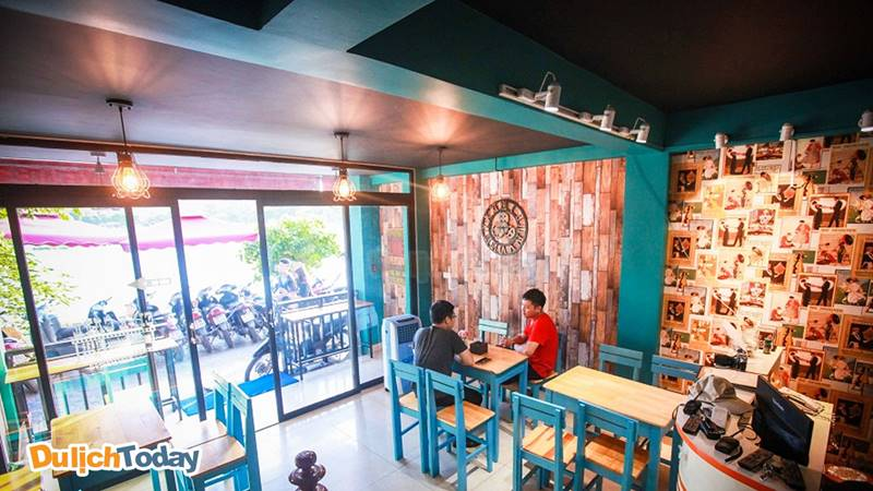 Không gian phục vụ cafe tại Cafe Phim Xã Đàn