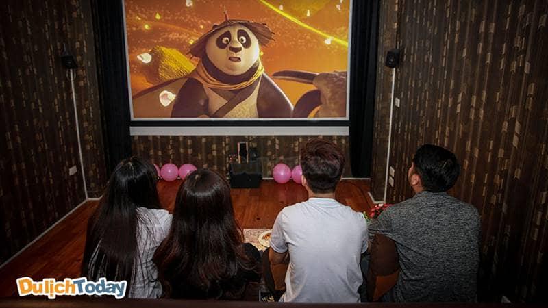 Cùng nhóm bạn tận hưởng những bộ phim thú vị trong không gian Cafe Phim Xã Đàn