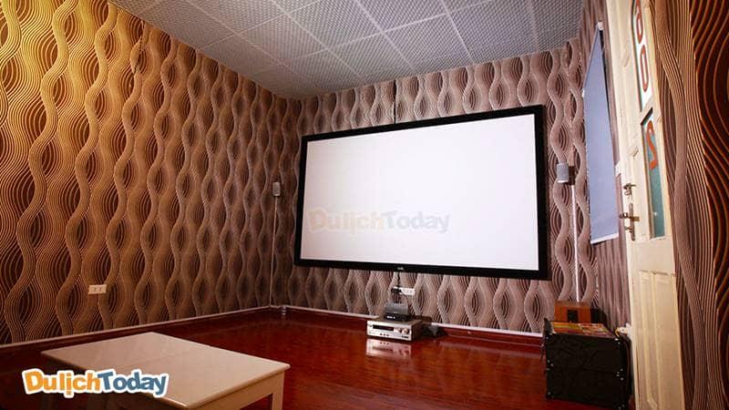 Hệ thống màn chiếu 150 inch chuẩn HD tại các phòng cùng dàn âm thanh Home Theater tại Cafe phim Yên Lãng