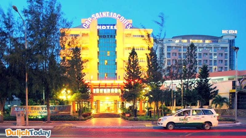 Khách sạn Cap Saint Jacques có vị trí đắc địa nằm trên con đường vàng Thùy Vân đối diện bãi Sau và các khách sạn lớn khác Dic Star