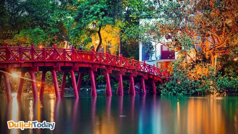 Cầu Thê Húc - Dải lụa đỏ dẫn ra Đền Ngọc Sơn